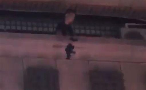 高雄市前鎮分局與保安大隊員警緝捕強盜嫌疑犯高姓男子,警匪對峙半小時後,警方衝入高嫌住處,高嫌卻自陽台往樓下丟下1把長槍。(圖/翻攝網路)