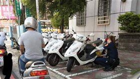新北,三重,女警,正妹,洗車,馬尾(圖/翻攝自臉書)