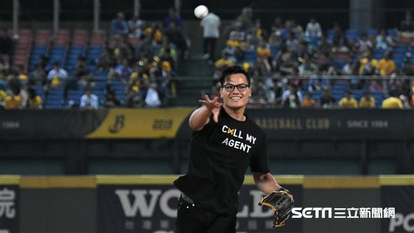 張育成為台灣大賽開球。(圖/記者王怡翔攝影)