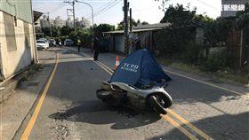 可惡!小貨車亂超車 害騎士摔倒遭輾斃還肇逃