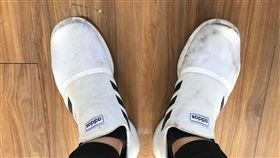 老師哭哭!穿新鞋5小時後竟變了樣…真相照曝光網笑翻(圖/翻攝自爆廢公社公開版)
