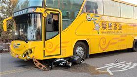 澎湖縣馬公市17日下午4點多,發生一起遊覽車與機車相撞車禍,女機車騎士連人帶車被捲入遊覽車底,機車支離破碎,女騎士被警消救出時,已經沒有生命跡象。(圖/澎湖縣消防局提供)