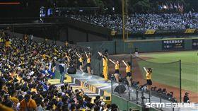 洲際棒球場球迷。(圖/記者王怡翔攝影)