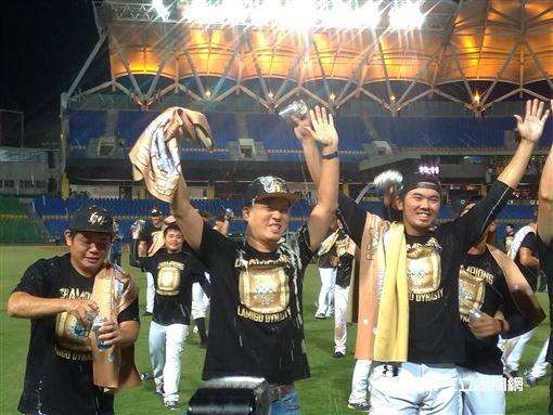 ▲Lamigo球團領隊劉玠廷(左)3連霸後享受啤酒浴。(圖/記者蕭保祥攝影)
