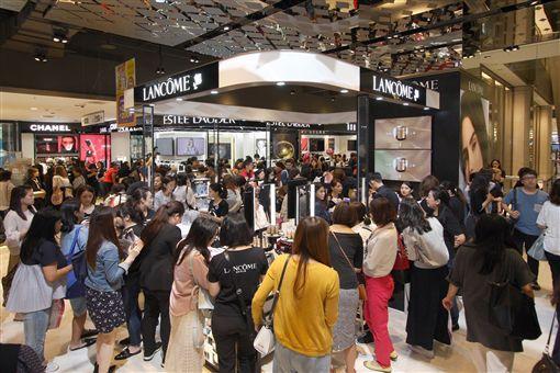 百貨公司週年慶首日爆人潮。