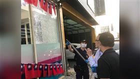 桃園市議員劉安祺的服務處傳出槍擊,落地玻璃被打穿,當時劉安祺就坐在玻璃內泡茶。(圖/劉安祺服務處提供)