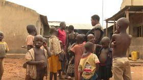 烏干達女子生了44小孩。(圖/翻攝自Kassim Kayira YouTube  https://www.youtube.com/watch?v=v41Vyh7yjBI