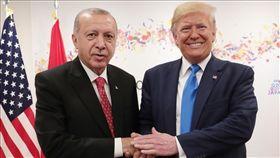 美國總統川普(右)日前在土耳其準備跨境出兵敘利亞之際致函土耳其總統艾爾段(左),要他「別當傻子」。(檔案照片/安納杜魯新聞社提供)
