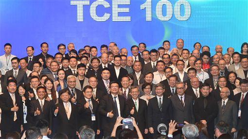 陳副總統出席亞太循環經濟論壇閉幕(1)「2019亞太循環經濟論壇」17日在高雄舉行閉幕儀式,副總統陳建仁(前中)出席,並見證台灣循環經濟大聯盟(TCE100)成立。中央社記者程啟峰高雄攝  108年10月17日