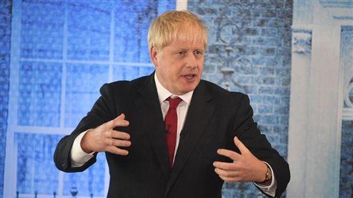 英國首相強生17日與歐洲聯盟達成新版脫歐協議,但外國財經圈認為,這項協議若獲得國會支持,反使英國財力縮減。(圖取自facebook.com/borisjohnson)