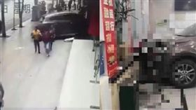 女駕駛領照「不到2個月」失控衝撞銀行…無辜大媽櫃台前遭夾慘死(圖/翻攝自微博)