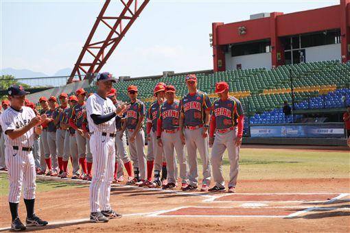 ▲亞錦賽社會人日本隊監督石井章夫,與中國隊比賽前列隊。(圖/中華棒協提供)