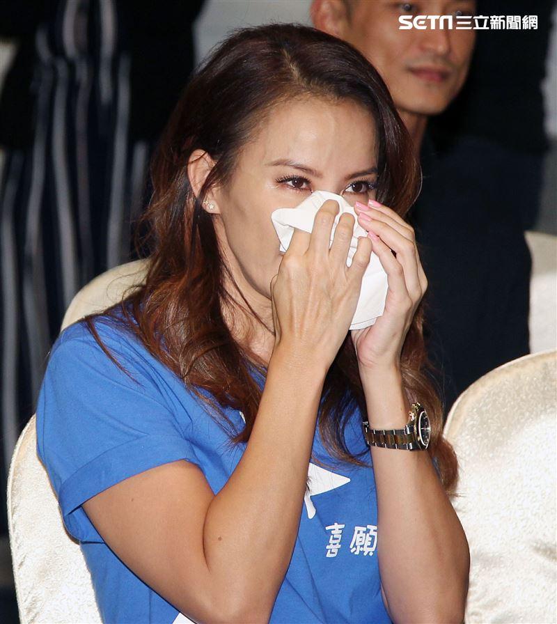 李玟出席由「喜願基金會」的公益活動,想起和喜願兒的緣分,眼淚從沒停過。(記者邱榮吉/攝影)