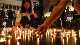 普悠瑪翻覆對年追思晚會 點亮燭光盼運輸安全去年10月21日發生的台鐵普悠瑪翻覆事故即將屆滿一年,台灣鐵路產業工會17日晚間在台北舉行普悠瑪對年追思晚會,與會人員用燭光排出「運輸安全」字樣。中央社記者王騰毅攝  108年10月17日