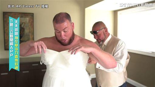▲Pat打算把自己塞進純白婚紗裡,讓Billy在看見新娘子前先見到自己。(圖/AP/Caters TV 授權)