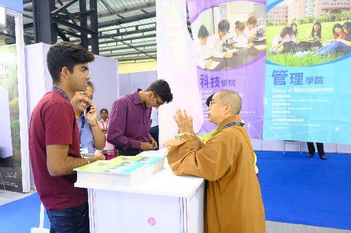 東華大學向印度學生說明留學資訊東華大學人員18日在台灣高等教育展向印度學生介紹授課課程與留學資訊。中央社記者康世人孟買攝  108年10月18日