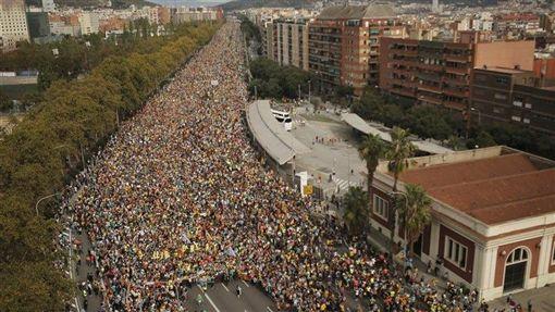 挺獨民眾的抗議行動今天進入新一波高峰,他們響應大罷工的號召,發起「為自由而行」遊行,下午齊聚巴塞隆納,警方估計約52萬5000人上街。(圖/翻攝自推特)