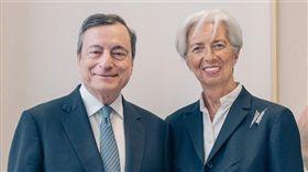 前國際貨幣基金總裁拉加德(右)11月1日起將接替現任歐洲央行總裁、義大利銀行家德拉吉(左)。(圖/翻攝自facebook.com/christinelagarde)
