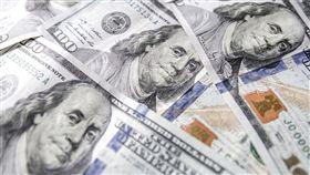 針對空中巴士接受非法補貼爭端,美國18日對價值75億美元的歐盟貨品課關稅生效幾小時後,有跡象顯示,談判人員準備好協商找解方。圖為美金。(圖/翻攝自Pixabay圖庫)