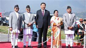 中國國家主席習近平(中)上週訪問尼泊爾後,近日傳出尼泊爾政府目標在公立學校推廣中文教育。(圖/翻攝自twitter.com/kpsharmaoli)