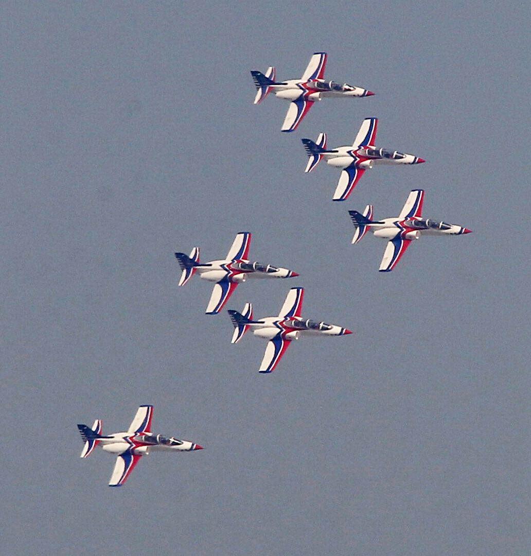 空軍雷虎小組以不同編隊高難度特技操演。(記者邱榮吉/攝影)