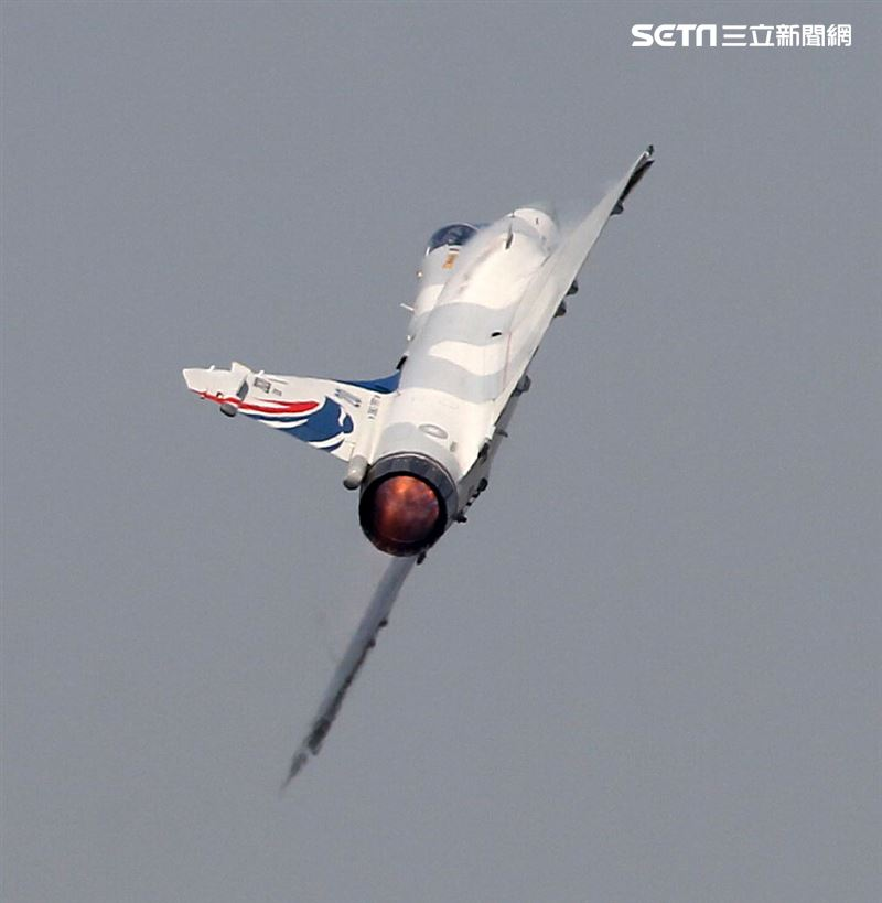 空軍幻象200戰機單機性能特技操演。(記者邱榮吉/攝影)
