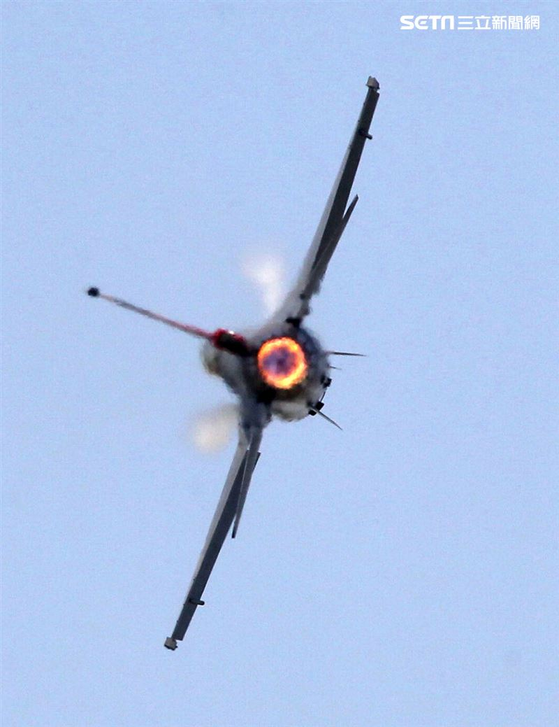 空軍F16戰機單機性能特技操演。(記者邱榮吉/攝影)
