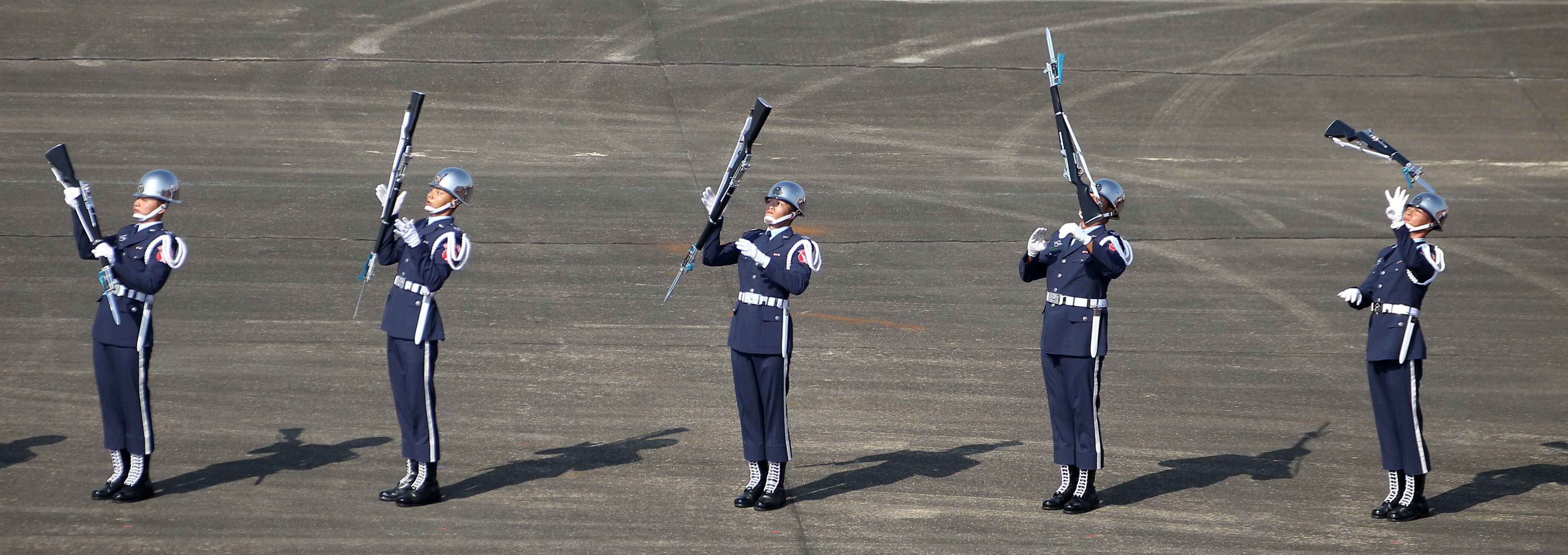 空軍儀隊表演高難度拋槍。(記者邱榮吉/攝影)