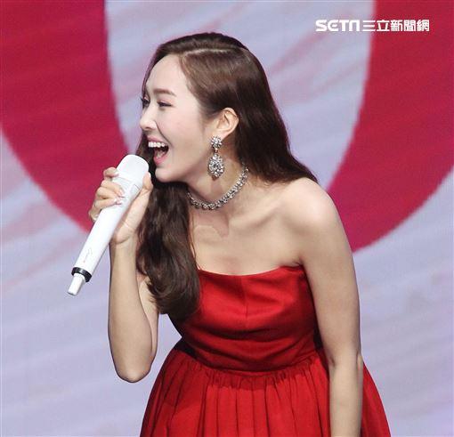 韓星潔西卡(Jessica)穿上性感紅色平口禮服來台舉辦「Jessica Jung Fan Meeting in Taipei」見面會。(記者邱榮吉/攝影)