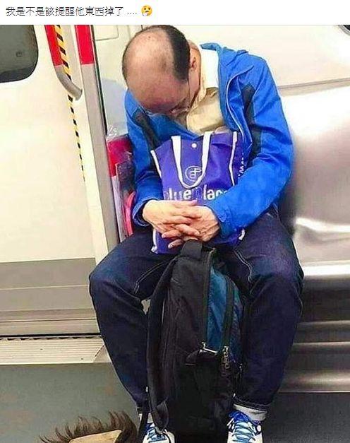 禿頭,假髮,噴裝,地鐵,熟睡,爆笑公社 圖/翻攝自臉書爆笑公社