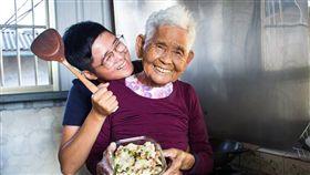 YouTuber「快樂嬤」(劉張秀)在8月病逝,孫女「快樂姊」PO影片懷念。(圖/翻攝自臉書、YouTube)