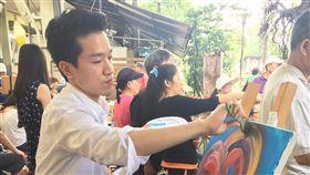 民進黨立委何志偉表示,作畫時能讓他進入類似冥想的狀況,進而改善注意力不集中等狀況,也可以從藝術中獲得成就感,因此他多年來推動兒童藝術教育,也和友人成立「假日畫市」。(何志偉辦公室提供)中央社記者王揚宇傳真 108年10月20日