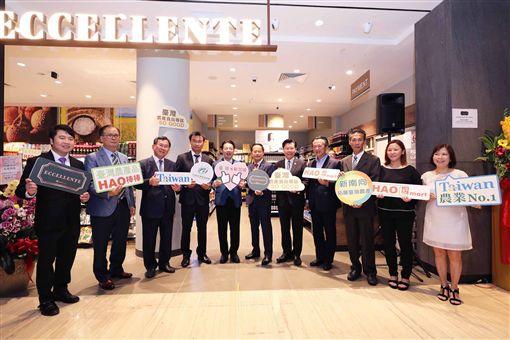 農委會主委陳吉仲(左4)出席星國「台灣農產食品專區」開幕,專區展售來自台灣33家廠商的稻米、魚鬆等224項產品。中央社記者黃自強新加坡攝 108年10月20日