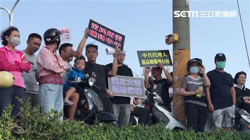韓國瑜前往台南黃金海岸淨灘,卻有抗議人士高舉「溜之大吉」的標與。