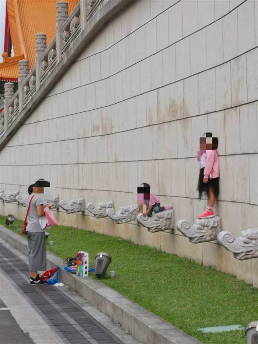 媽媽叫女兒站上中正紀念堂龍頭拍照 網全怒了(圖/翻攝自爆怨公社)