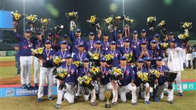 亞錦賽  中華隊射日奪冠(2)2019年亞洲棒球錦標賽冠軍戰20日晚間在台中洲際棒球場舉行,中華隊與日本隊交手,終場中華隊以5比4拿勝。中華隊球員與獎盃合影。中央社記者吳家昇攝  108年10月20日