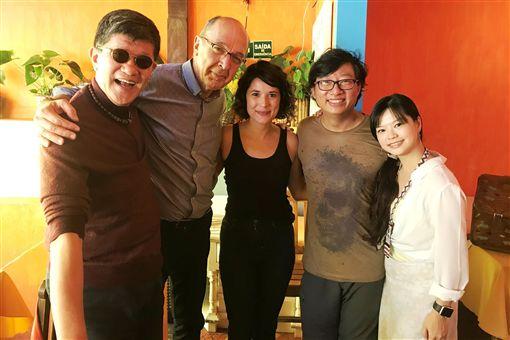 虞戡平(左1)與多位巴西影人及電影系教授交流拍攝理念與經驗。(謝如欣提供)中央社記者唐雅陵聖保羅傳真 108年10月21日