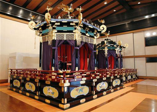 日皇德仁宣告即位的「即位禮正殿之儀」將於22日舉行,當天使用的「高御座」(前)、「御帳台」(後)19日正式在媒體前亮相。(共同社提供)