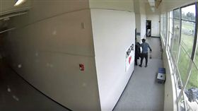 足球教練用愛化解危機。(圖/翻攝自The Oregonian YouTube) https://www.youtube.com/watch?v=_6UoLn84loM
