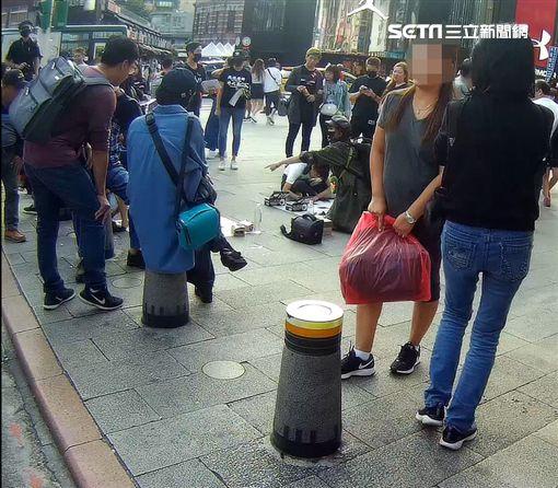 香港邊城青年團體在西門町6號出口舉辦「拍拼」活動,傳出申請路權遭北市府各單位互踢皮球,萬華分局特地出面澄清(翻攝畫面)