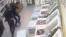 男子腳臭被笑。(圖/翻攝自現代快報) http://www.sohu.com/a/348218088_100249636