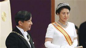日本22日將舉行日皇德仁向國內外宣告即位的「即位禮正殿之儀」,各國重要人物齊聚東京。圖為5月日本皇室舉行「即位後朝見之儀」,德仁即位後與新皇后雅子首度與代表國民的人士見面的儀式。(共同社提供)