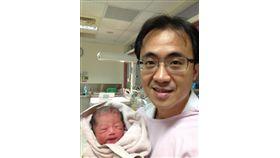 醫師郭成興自2009年3月任職台東基督教醫院婦產科。10年當中,遇過一個晚上被叫起來4次、曾一個月接生78個小生命。(圖取自郭成興臉書facebook.com)