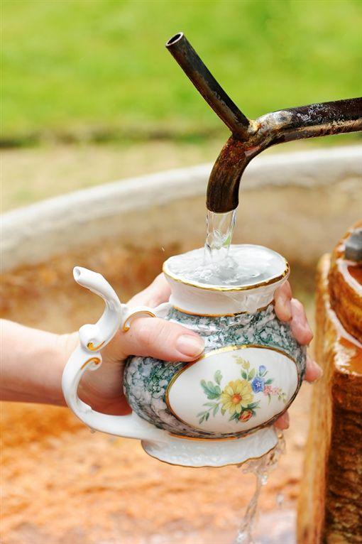 ▲在卡洛維瓦利,以溫泉杯淺嘗礦泉滋味。(圖/shutterstock.com)