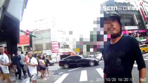 台北市林姓男子酒後騎車蛇行,警員將他攔下欲實施酒測,雙方僵持近40分鐘,最後林男吞下18萬元拒測罰單(翻攝畫面)