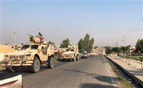 路透社目擊者今天表示,美國部隊已經由敘利亞北部多胡克省的薩伊拉邊界關卡跨越邊境,進入伊拉克。圖為一批美國軍事車輛行進於伊拉克邊境。(路透社提供)