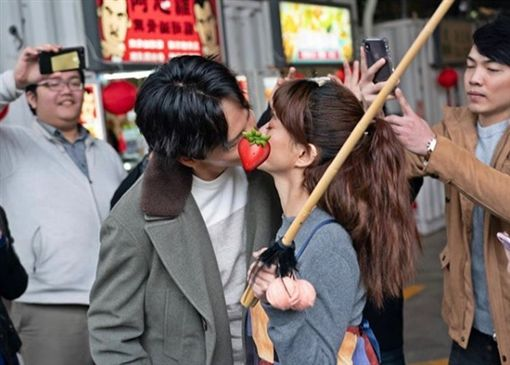 白癡公主「緊閉雙眼」街上吻一男(圖/翻攝自白癡公主 IG)
