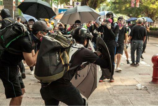 反送中/九龍遊行演變警民衝突10月20日香港九龍大遊行,本應是和平的遊行,但最後在硝煙下演變為警民衝突,部分示威者在遊行後陸續散去,而另一部分的前線示威者則轉往尖沙咀圍堵警察局並建起防線,掩護後排的示威群眾離開。(圖/三立新聞網駐香港記者王志杰攝)