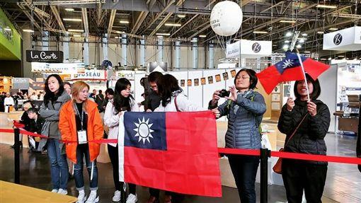 無懼中國施壓  旅法學子到場為選手加油旅法台灣人在各群組傳遞比賽消息,動員前來。上午場館一開,就有許多台灣民眾手持國旗進場,並聚集於台灣隊工作檯前,為選手加油打氣。(台灣麵包大使協會提供)中央社記者曾婷瑄巴黎傳真  108年10月22日
