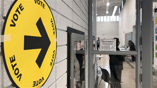 加拿大大選選情歷史罕見的緊繃加拿大全國民調至選前一夜仍顯示,兩大政黨自由黨和保守黨支持率不相上下。中央社記者胡玉立多倫多攝  108年10月22日